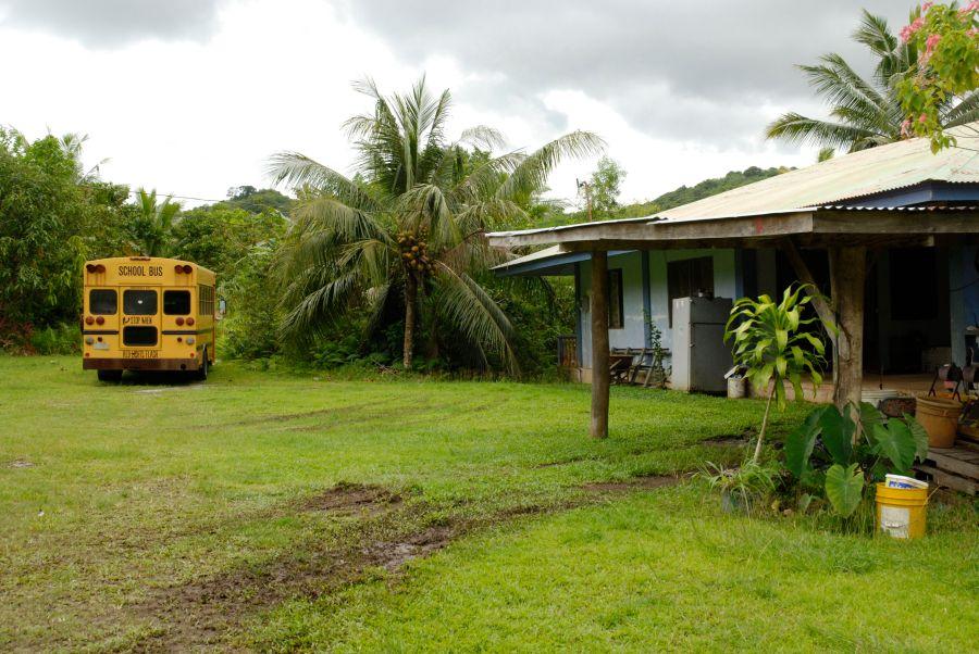 Bir okul otobüsü, bozuk bir buzdolabı ve sactan yapılma bir ev