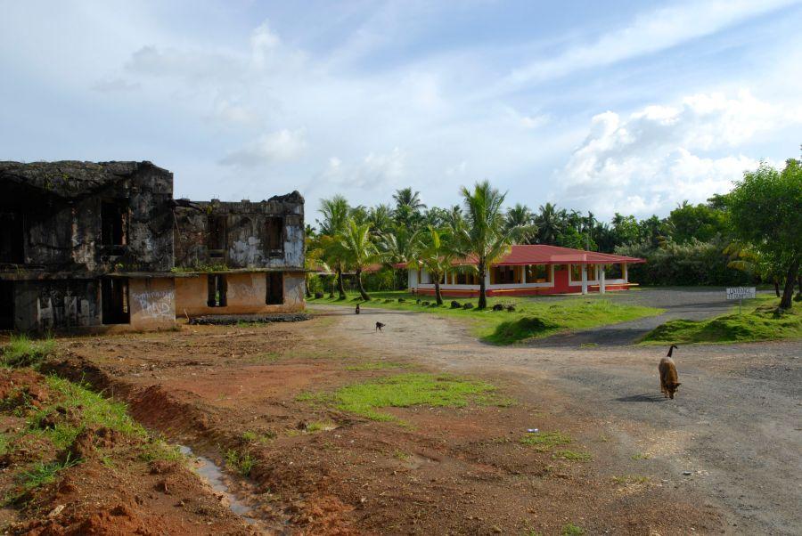 Yanan bir binanın yenisi yapılmış, eskisi moloz halinde bırakılmış