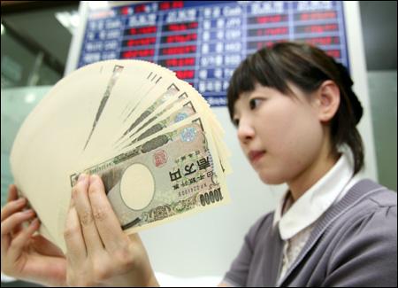 Japon Yeni ile oynayan bir kasa görevlisi (foto edftrends.com sitesinden alınmıştır)