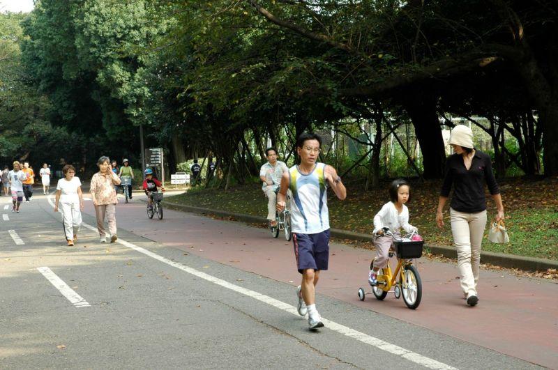 Parklarda mangal yapan bulamazsınız ama koşan, yürüyen, bisiklete binen çok vardır