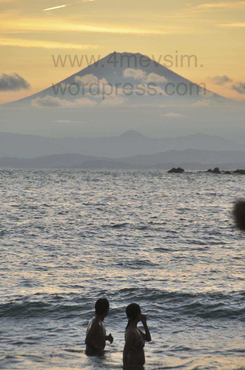 Fuji'yi seyrederek denize girenler