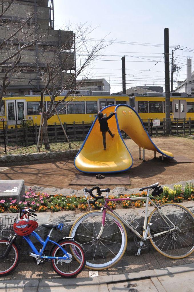 Tam parka girmişken arkadan Setagaya treni de geçiyor