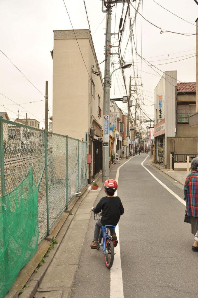 Dar caddede ilerlerken, Soldaki evin genişliğine dikkatinizi çekerim.