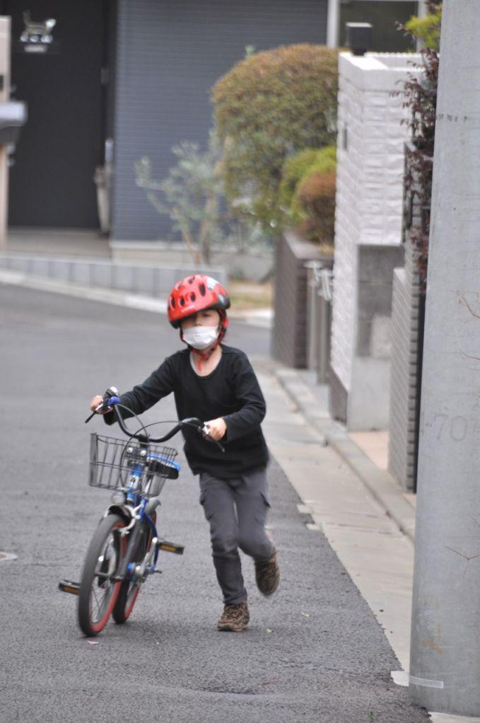 Kum fırtınasından korunmak için Kaan ile maske taktık.