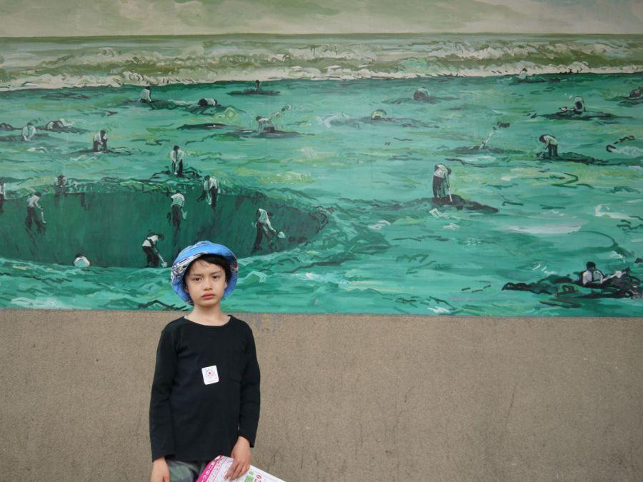 Sanat müzesinin yanından geçen kaldırımlar da resimlere bezenmiş