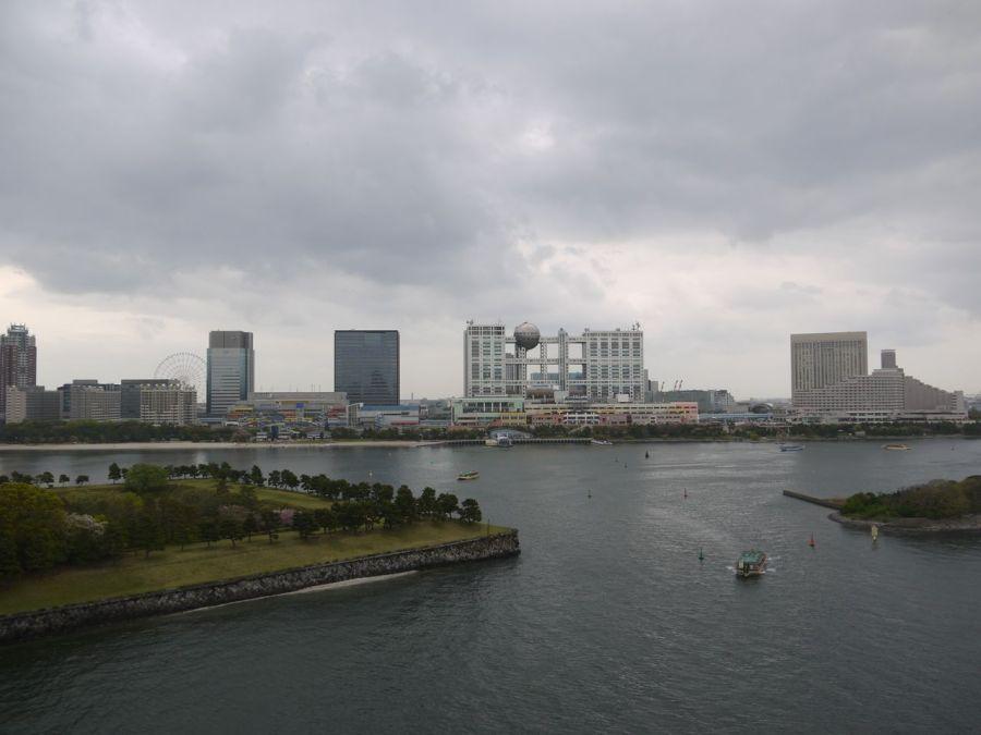 Odaiba, cepheden görülen bina Fuji TV genel merkezi