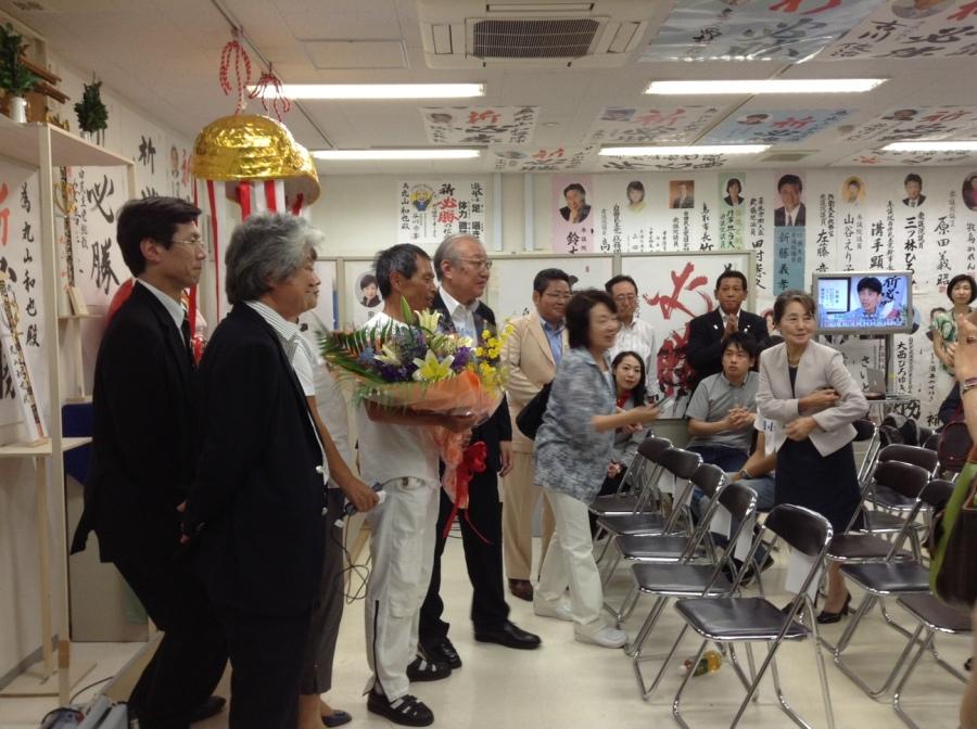 Seçimi kazanan LDP adayı Maruyama zaferini kutlarken