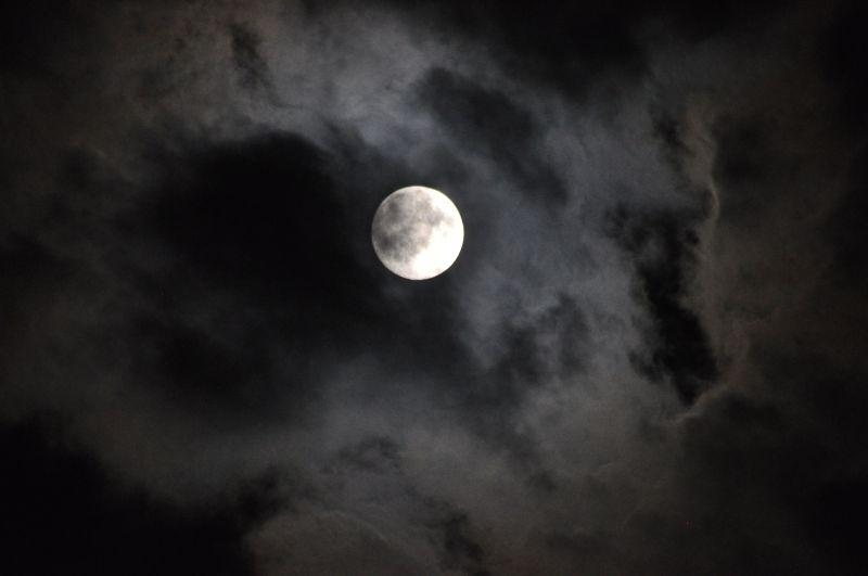Bazen dolunay ürkütücüdür, hele bulutların ardına gizlenmişse