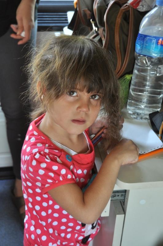 Resim çizmeye misafirimiz olan bir çocuk