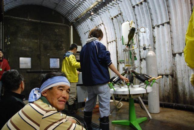 şaraphanede çalışanlar saatler boyunca rutin işleri sıkılmadan ve savsaklamadan yapıyor.