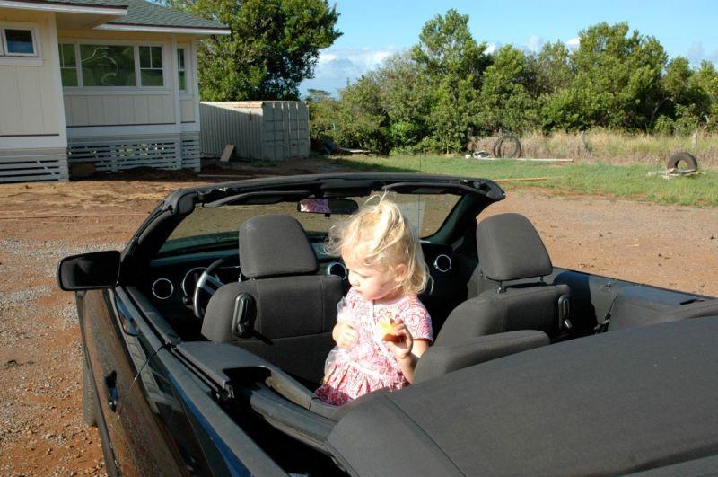 Bir arkadaşımızın kızı Mustang'ın içinde