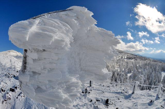 Rüzgarın keskin etkisi düştüğü anda yüzeye yapışan kar üzerinde görülüyor