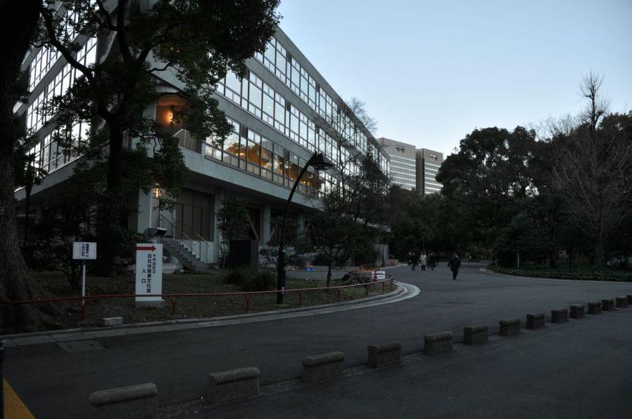 Hibiya Parkı'nın içindeki Hibiya Kütüphanesi binası