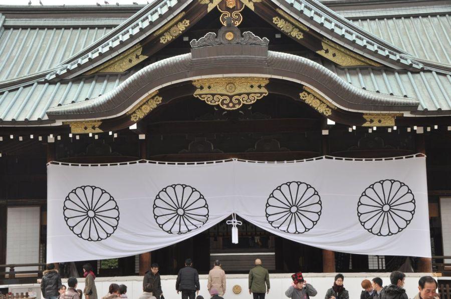 Yasukuni Tapınağı- halk şehitleri ve savaş kahramanları için dua ediyor