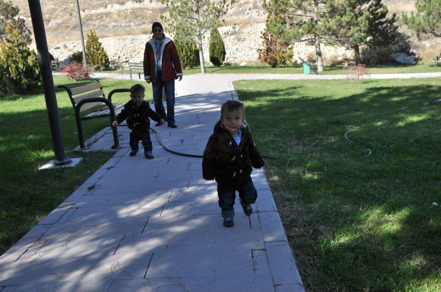 ikizler ve Çiçek yürüyüşte