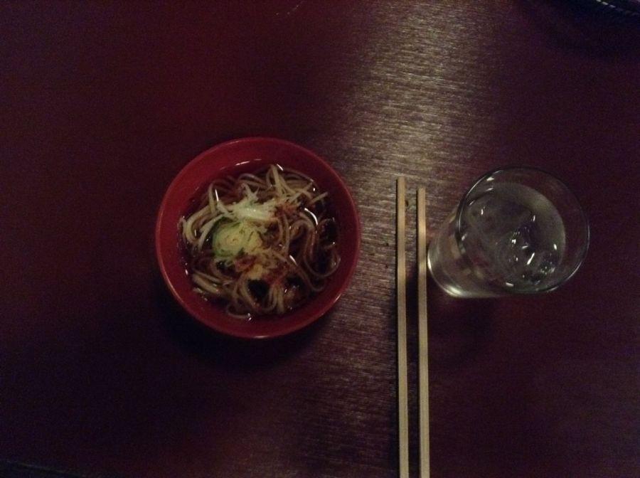 """Yılı bitirmeden önce yenen geleneksel """"toshi-koshi soba"""" yemeğimiz ve su"""