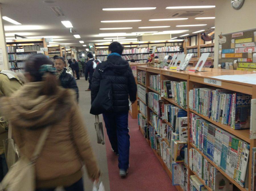 Burası Kyodo Kütüphanesinin içi. Binası tren istasyonu içinde