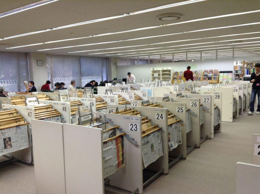 Gazete bölümünde Japonya'da çıkan gazeteler kadar yabancı gazeteler de var