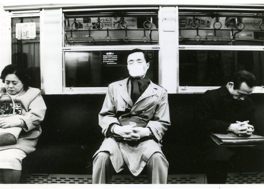 Metroda nezle maskesi takmış bir amca. Uyuyor. Yanındakiler de uzağa oturmuş