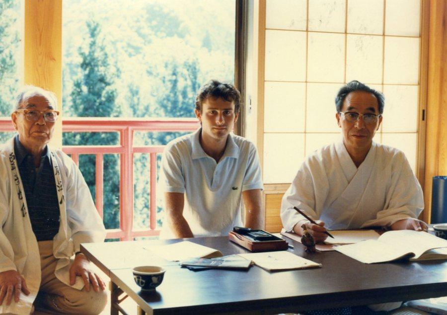 Üniversitenin çevresindeki sıra dağları keşfe çıktığımda rast geldiğim bir tapınaktaki rahiplerle