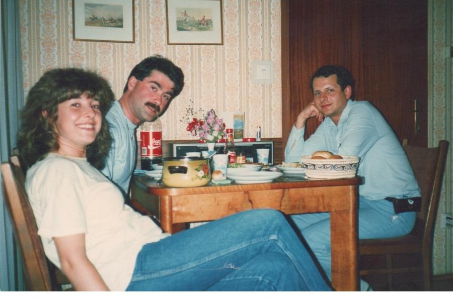 Osman, Nazım ve Sibel, Nazım'ların Viyana Alser Strasse'deki evlerinde. 1987. Benim Japonya'ya gittiğim yıl. Ne kadar gençler.