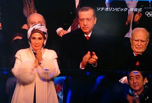 Soçi açılışında protokolde Başbakan Erdoğan ile Abe  yan yana (TV fotoğrafı FB'dan alınma)