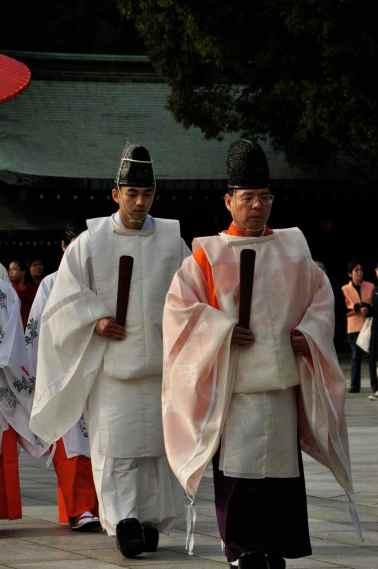Jingu tapınaği rahipleri bir ayine eşlik ederken
