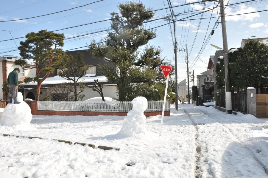 Fotoğraf değil, kardan adam ile trafik işareti eğri
