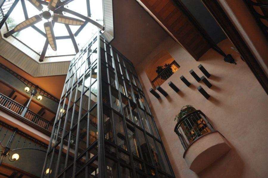 Girişte kendimi bir ara Barselona'da Gaudi'nin yapılarından birinin önünde hissettim