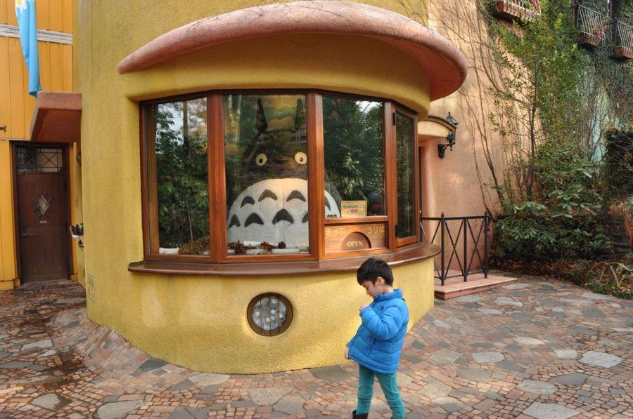 Girişte bileti Totoro kesiyor