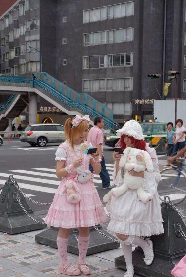 Rahiplerden 50-60 metre uzakta, duvarın öte yanında  cos-play kızları