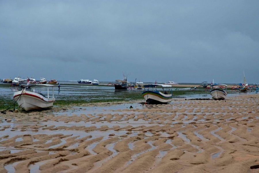 Sanur kıyı- Sular med-cezir nedeni ile çekildi