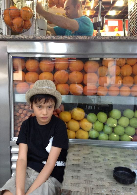 Kaan Vitamin Büfe'nin önünde sırasını beklerken