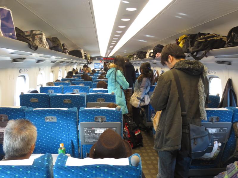 Shinkansen ayakta yolcu- ilerleyelim beyler sırayı çiftleyelim (kaynak: http://d.hatena.ne.jp/okutaki)