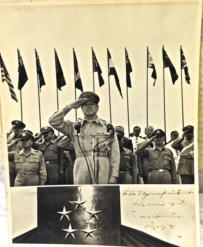 General McArthur'un Japonya ile ABD arasındaki teslimiyet anlaşmasını imzaladığı gün çekilen imzalı fotoğrafı (Erol Emed)