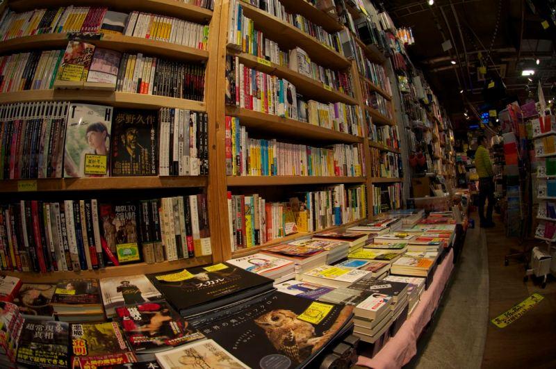 Yeni kitapların satıldığı bir kitapçı