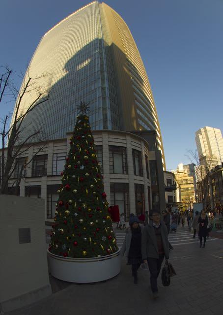 Küçük bir meydanda süslenmiş Noel ağacı