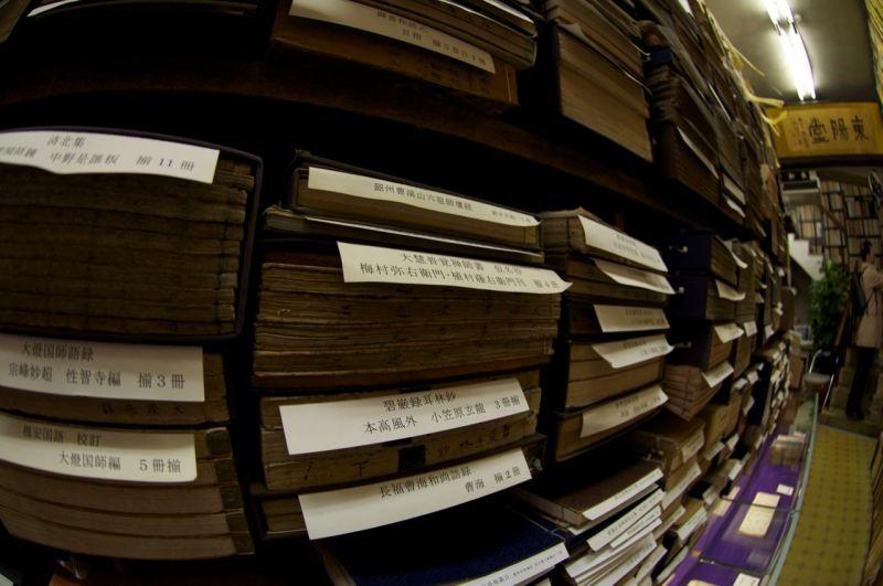 üst üste yığılmış kitaplar etiketler ile ayrılmış