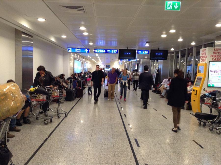 Istanbul Atatürk Havalimanı içi, sanki İstiklal Caddesi, yakında çalgıcılar da gelir