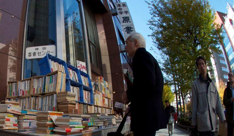 Yolda tezgah üstü kitaplar