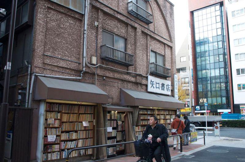 Binaların duvarları kitaplık olarak kullanılıyor