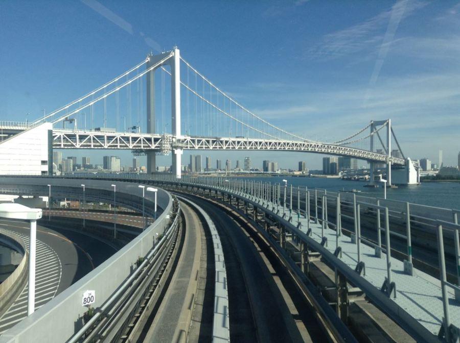 Haneda havaalanından geçen Monorail Rainbow köprüsünü de görüyor