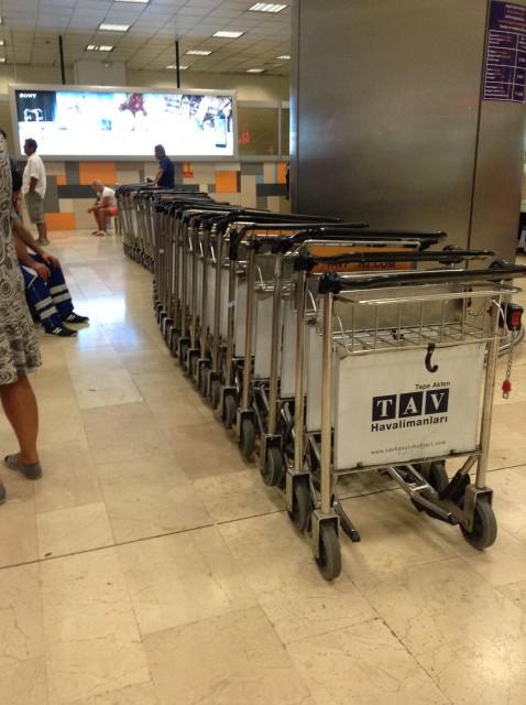 IST'de bagaj arabaları. Bozuk para ile kiralıyorsunuz, eski ve bazen düzgün çalışmıyor