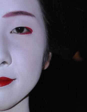 """""""Geyşa"""" Japon kültüründe  zerafet ve güzelliği simgeler, ama bu süsleme sözlerin ardında Geyşa'nın bir seks kölesi olduğu gerçeği de var"""