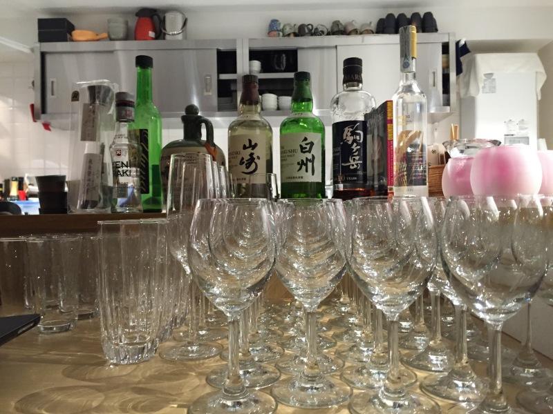 Girişteki içkiler viski ve Sake ağırlıklı, ama patronun Türkiye tutkusu bir de Yeni Rakı kondurmuş