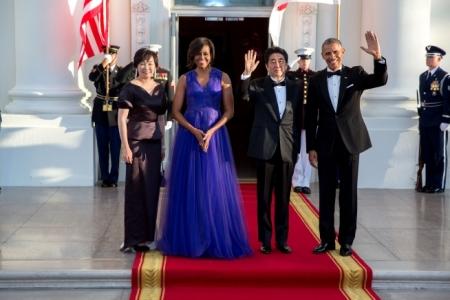 Obama ve Abe hanımları ile beraber(Foto: Beyaz Saray sitesinden alınmadır, fotoğrafçı Lawrence Jackson)