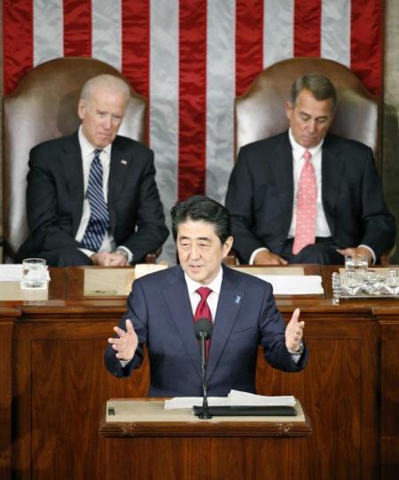 Abe konuşurken (Kyodo Haber Ajansı, Nikkei internet sayfasından alınmıştır)
