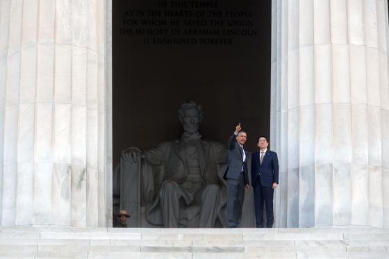 Obama, Abe'ye Lincoln Anıtı'nı gezdirirken (Foto: Beyaz Saray sitesinden alınmadır)