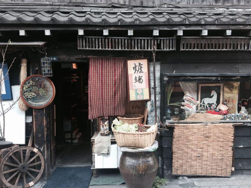 Yurakucho'da eski bir restoran, hem karnımız doysun hem de ruhumuz