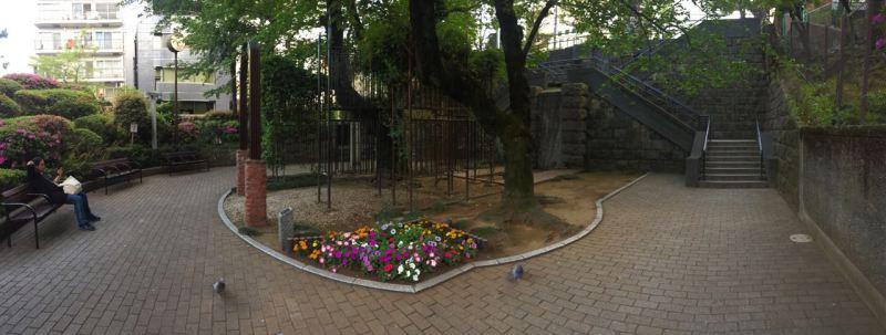 Hemen her adım başında küçük bir park var. Yorulduysanız oturup dinlenin